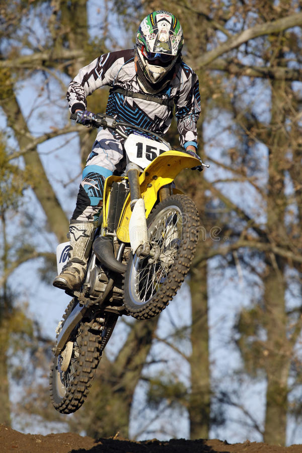La persona que salta en la suciedad o la bici del motocrós fotografía de archivo libre de regalías