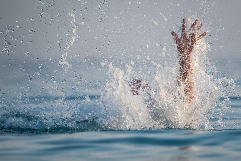 La persona se ahoga en el agua fotografía de archivo libre de regalías