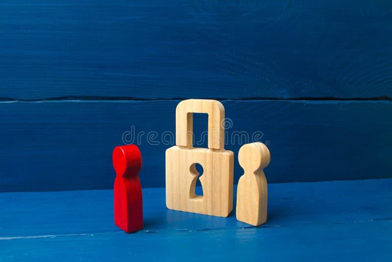 La persona se coloca cerca del candado y lo protege contra la persona roja concepto de la preservación de secretos, información foto de archivo