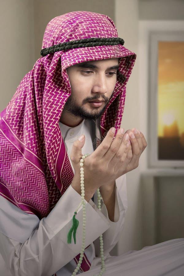 La personne arabe dévotte prie à la maison image libre de droits