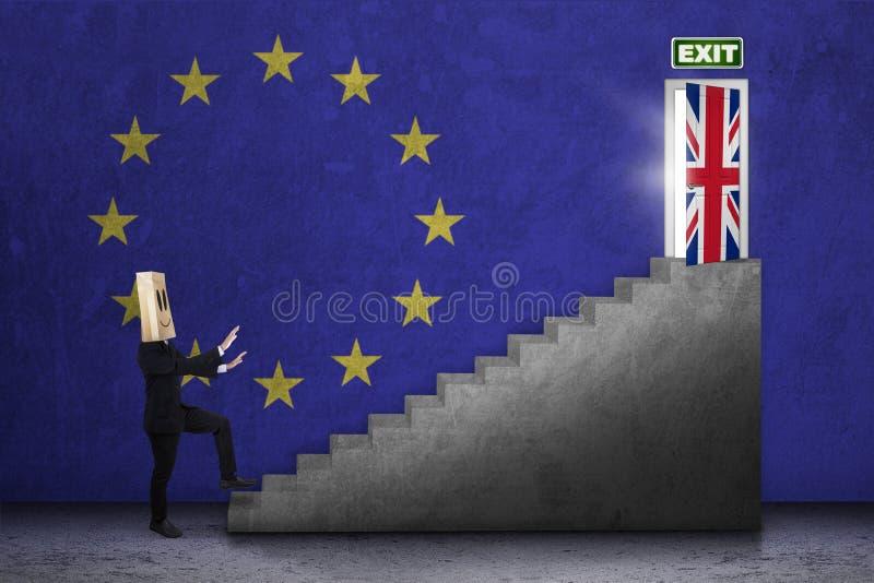 La personne marche vers la porte de brexit photo stock