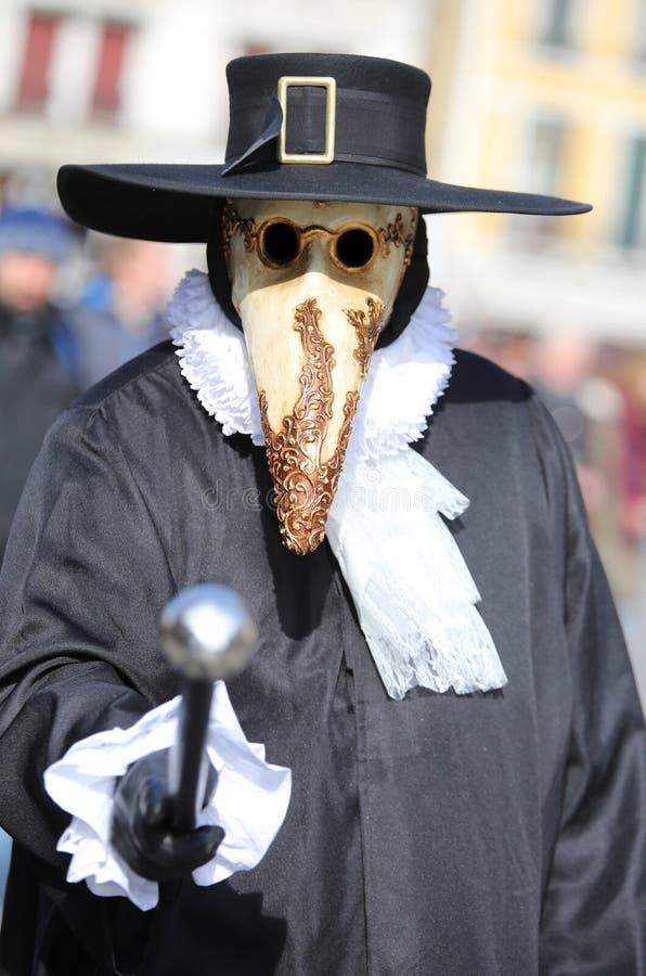 la personne masquée avec les vêtements foncés et le long bec a appelé le doct de Plague photos libres de droits