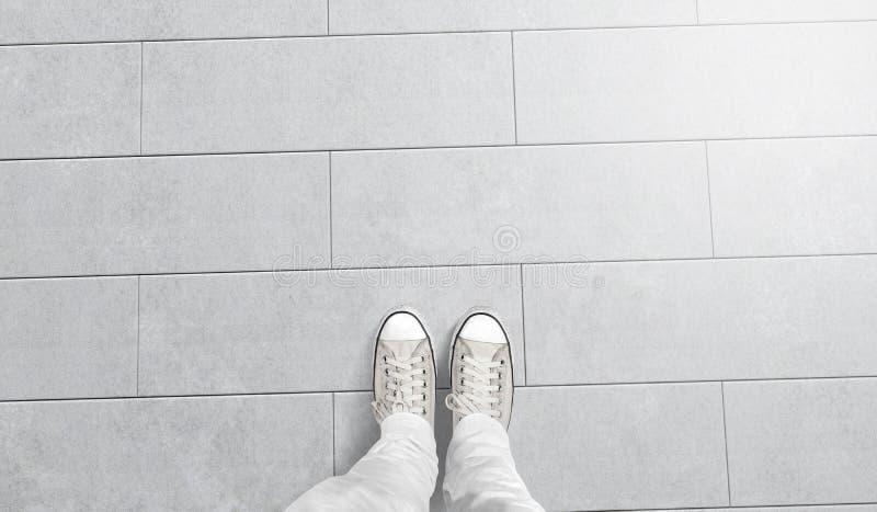 La personne prenant la photo à lui paye le support sur le plancher vide photo libre de droits