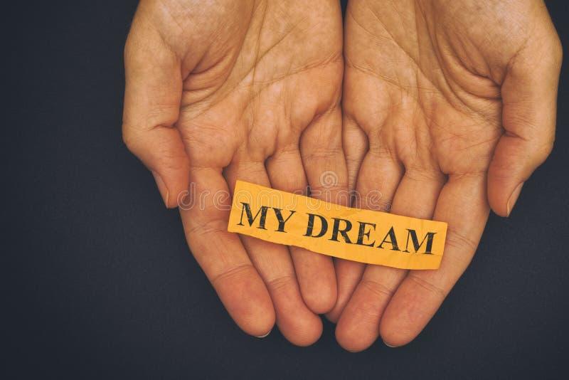 La personne tient le morceau de papier avec l'expression mon rêve image libre de droits