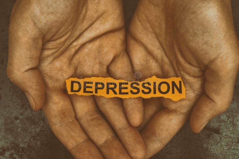 La personne tient le morceau de papier avec la dépression de mot images libres de droits