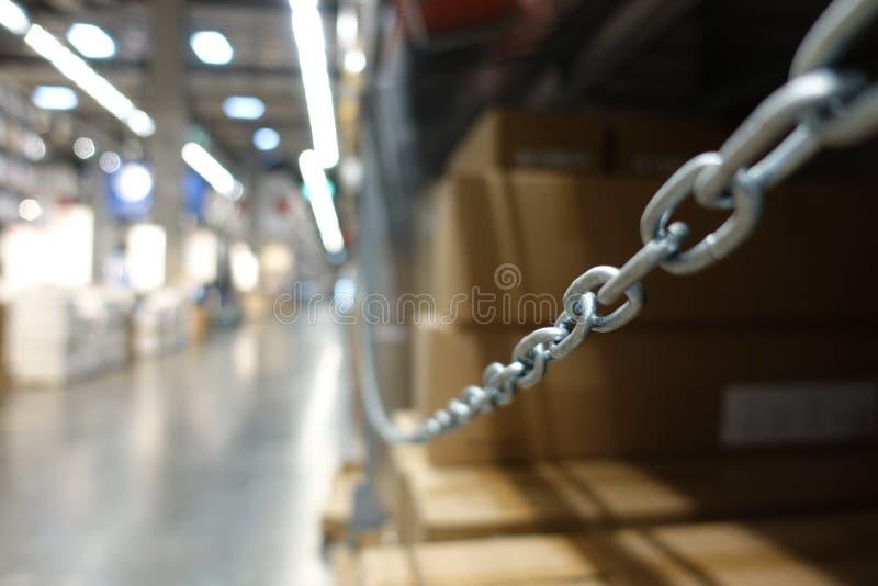 La perspectiva y la profundidad del campo del hangar grande almacenan a las compañías industriales y de la logística imagen de archivo libre de regalías