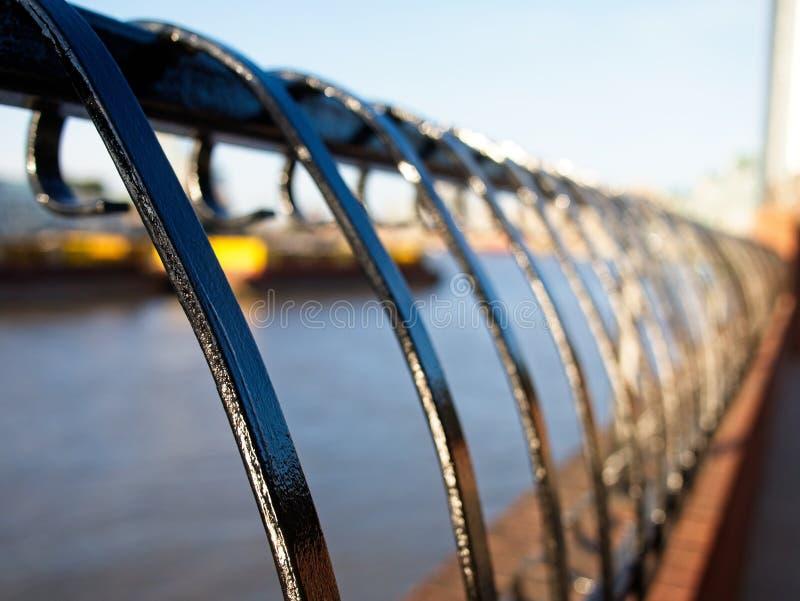 La perspectiva y la vista abstracta del molde del hierro dan la verja en una acera del río Támesis, Londres, Inglaterra fotos de archivo libres de regalías