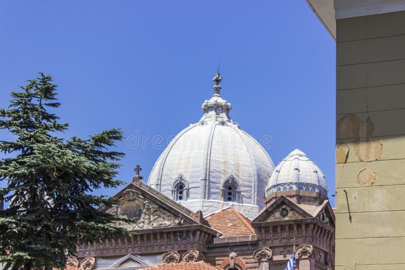 La perspective a tiré de l'église catholique chrétienne de vieille maçonnerie dans Lesvos, Mytilene image libre de droits