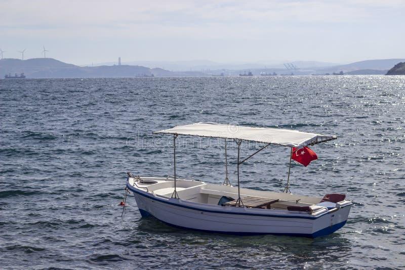 La perspective a tiré du bateau de pêche en bois sur la mer au coucher du soleil de l'horizon images stock