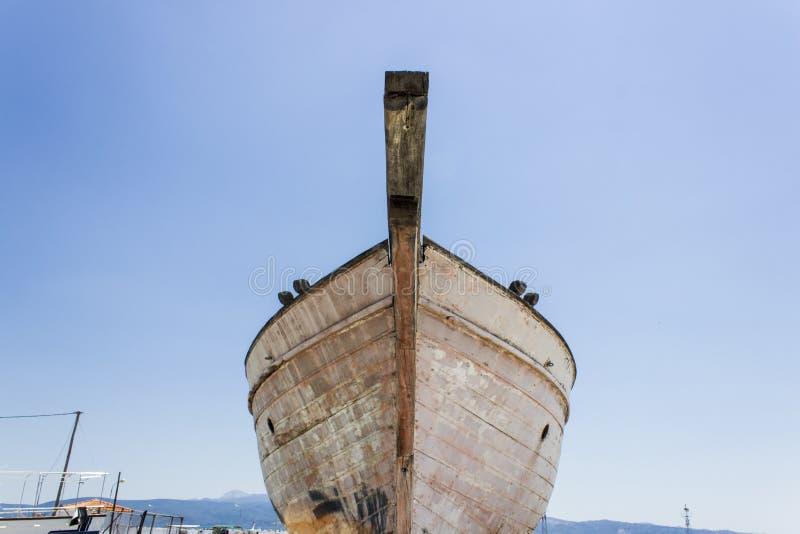 La perspective a tiré du bateau de pêche de partie antérieure sur la terre pour la peinture du tronc chez Lesvos, Kalloni photographie stock