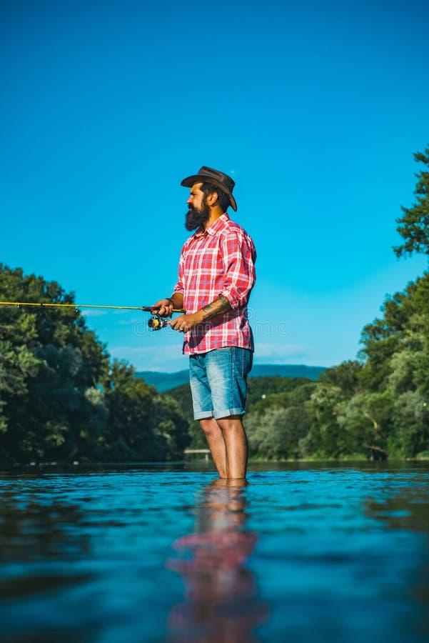 La pesca con la mosca è più rinomata come metodo per la cattura la trota e del salmone angler Pesca con la mosca nella regione se immagini stock
