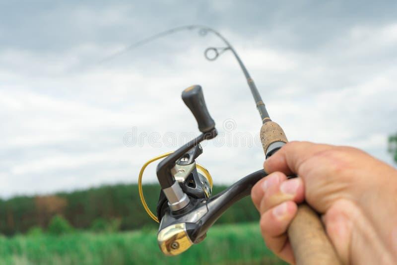 La pesca di filatura è un'attività emozionante Pesca sportiva immagine stock