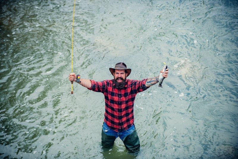 La pesca se convirtió en una actividad recreativa popular Pesca del hombre Conceptos de pesca acertada Pescados de la captura imagen de archivo