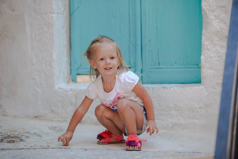 La petite belle fille marche par le vieux photos stock