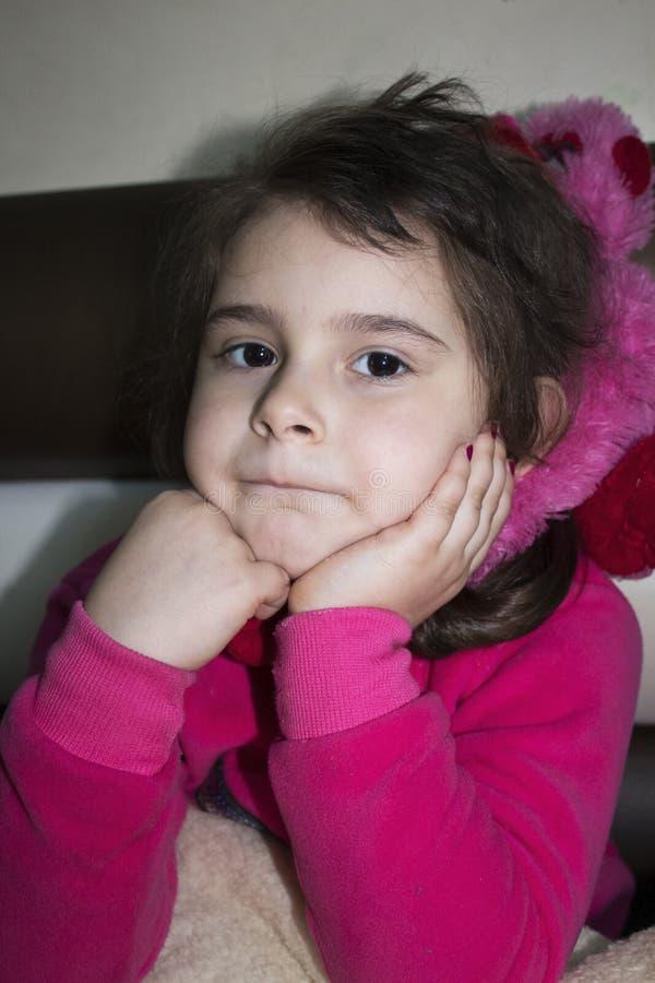 La petite belle fille regarde soigneusement quelqu'un photographie stock libre de droits