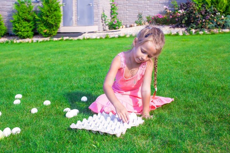 La petite belle fille se prépare à Pâques avec photo libre de droits