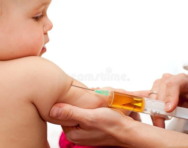La petite chéri obtiennent une injection images stock