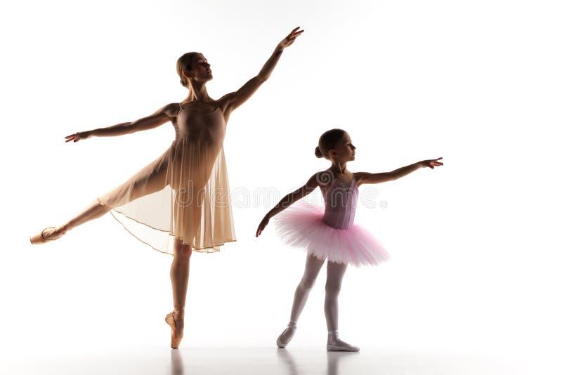 La petite danse de ballerine avec le professeur personnel de ballet dans le studio de danse image libre de droits
