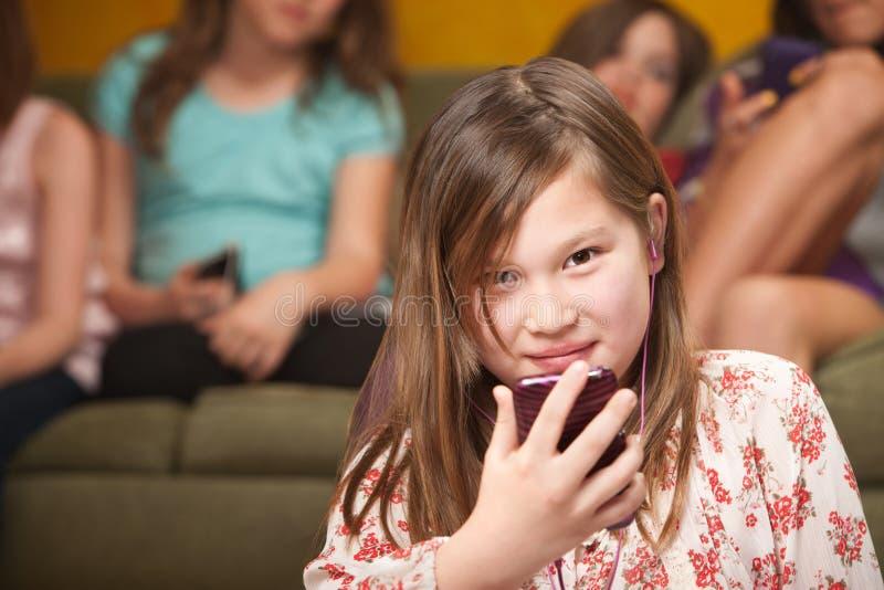 La petite fille écoute la musique photo stock