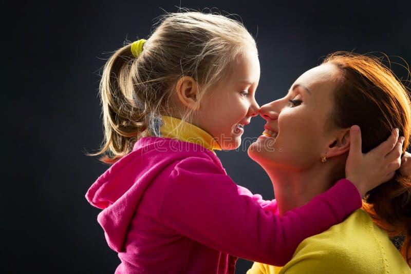 La petite fille étreint sa mère photos stock