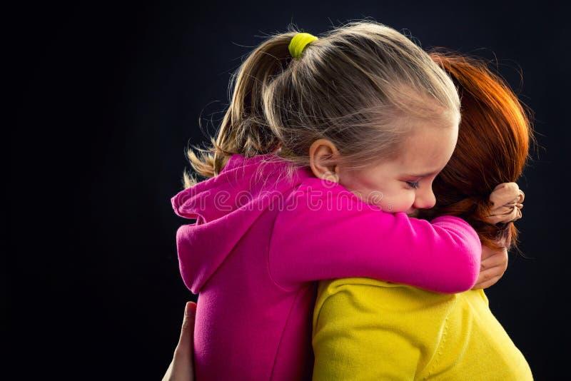 La petite fille étreint sa mère image libre de droits
