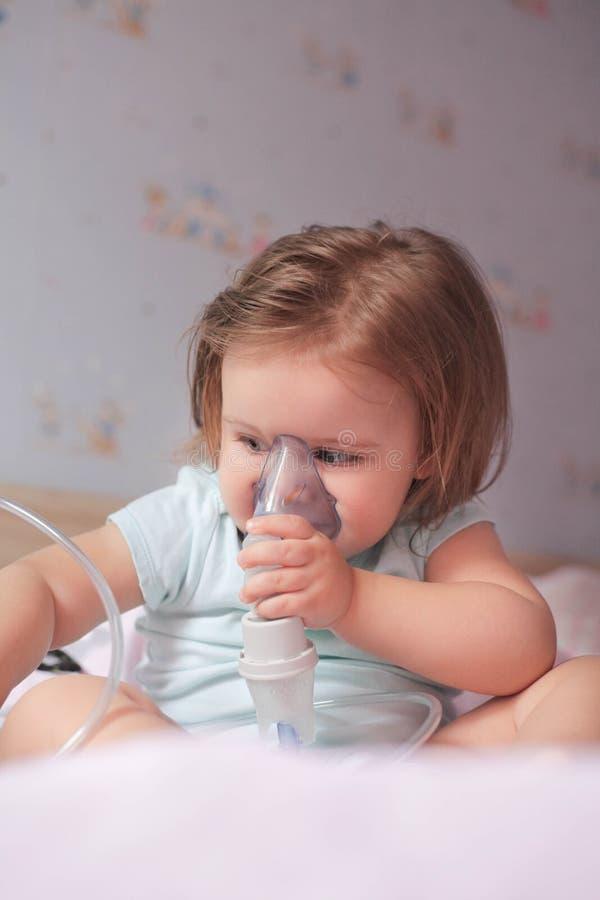 La petite fille adorable reçoit le traitement de respiration images stock