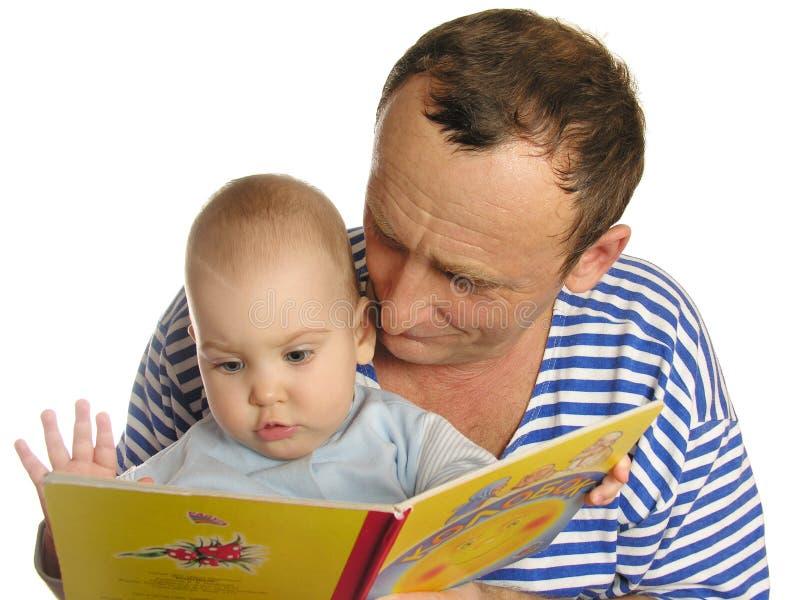 La petite-fille a affiché le livre photographie stock