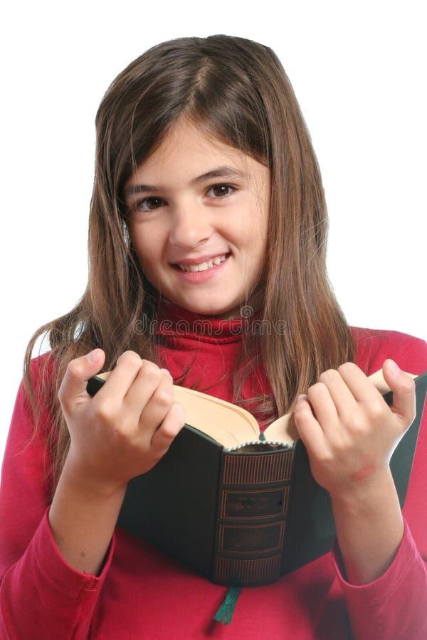 La petite fille a affiché un livre photos libres de droits