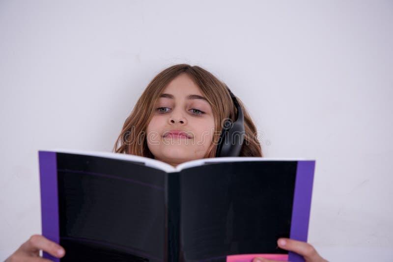 La petite fille a affiché un livre image stock