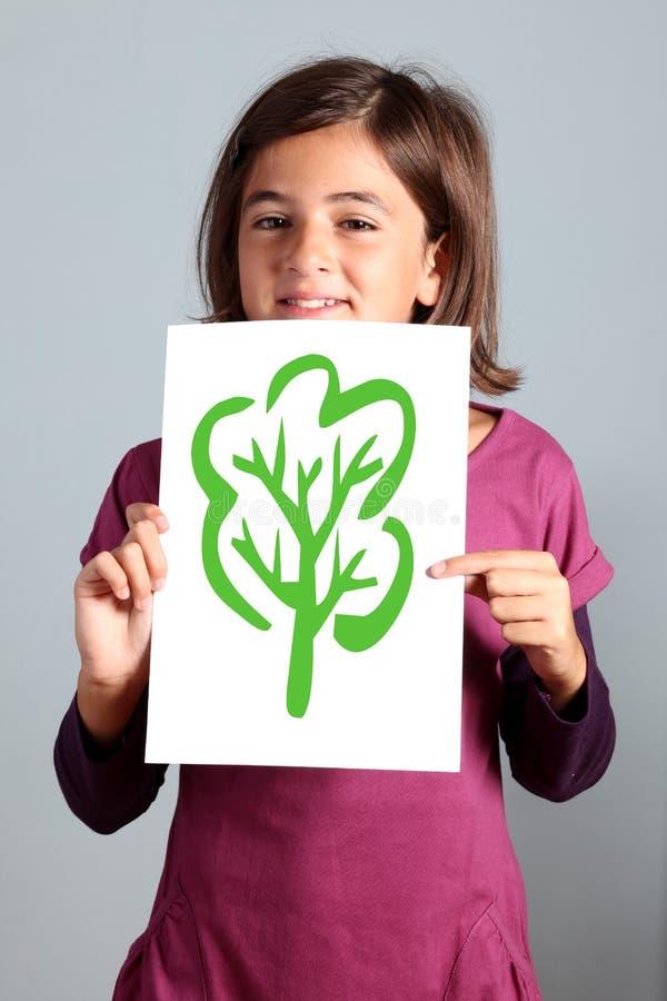 La petite fille affiche l'arbre image libre de droits