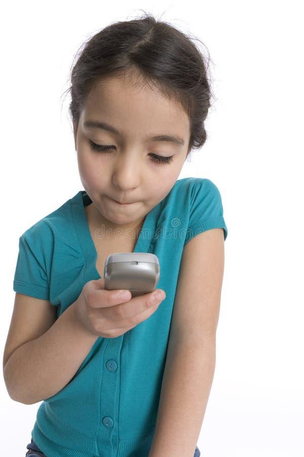 La petite fille affiche un message avec texte photos stock