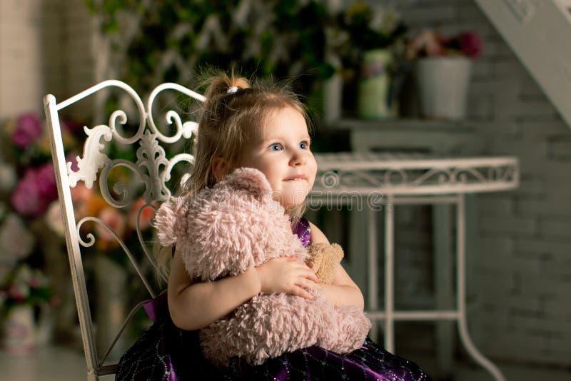La petite fille blonde avec l'ours de nounours photographie stock libre de droits