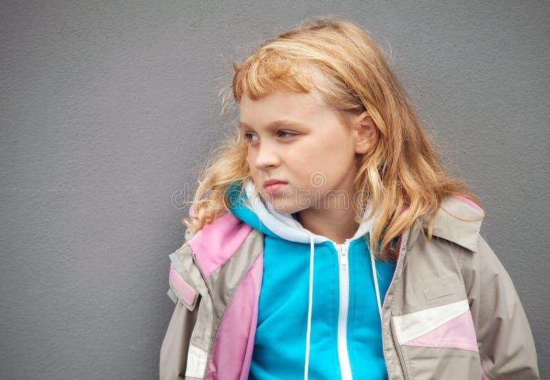 La petite fille blonde porte les vêtements occasionnels de sport photos libres de droits