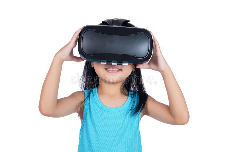 La petite fille chinoise asiatique éprouvant la réalité virtuelle par l'intermédiaire de VR vont images stock
