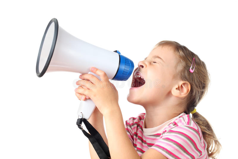 La petite fille crie dans le mégaphone image libre de droits