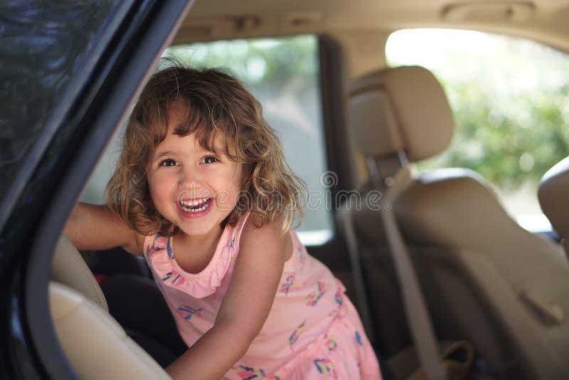La petite fille d'AUGURI semble heureuse dans la voiture photographie stock libre de droits