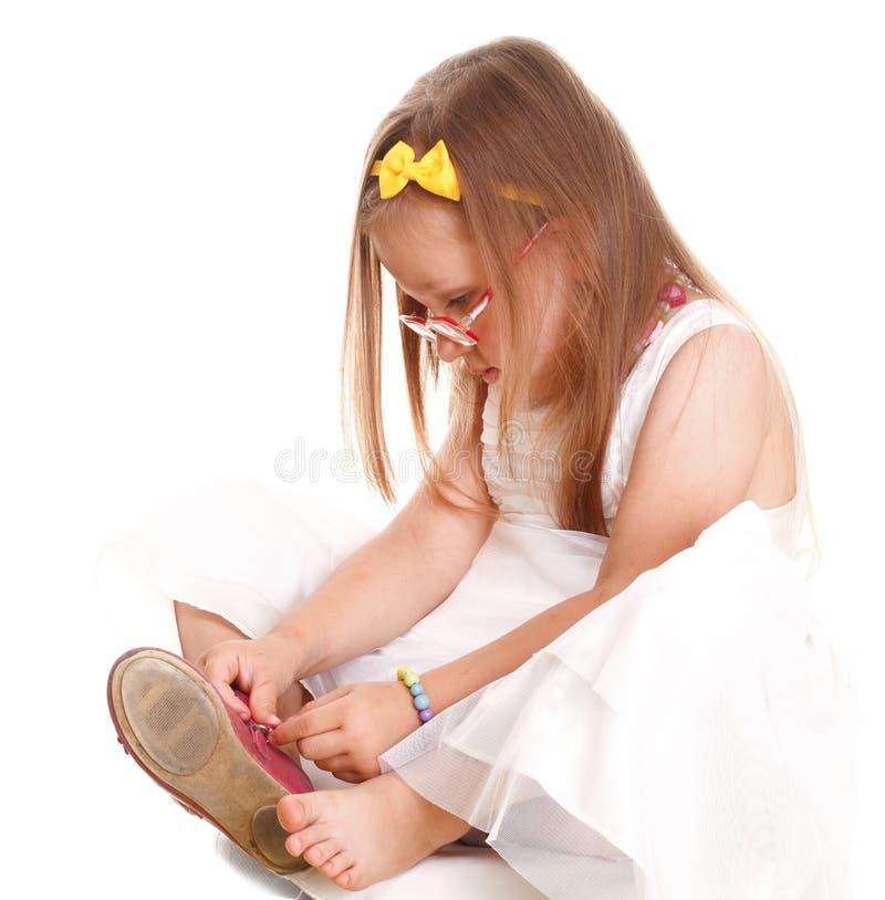 Download La Petite Fille D'enfant Essaye De Mettre Dessus Son Isolat De Chaussures Photo stock - Image: 34912634