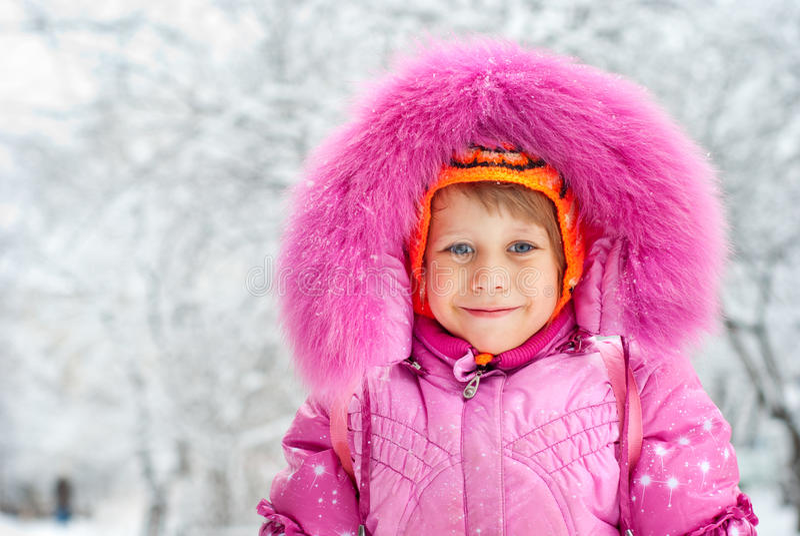 La petite fille dans la neige image stock