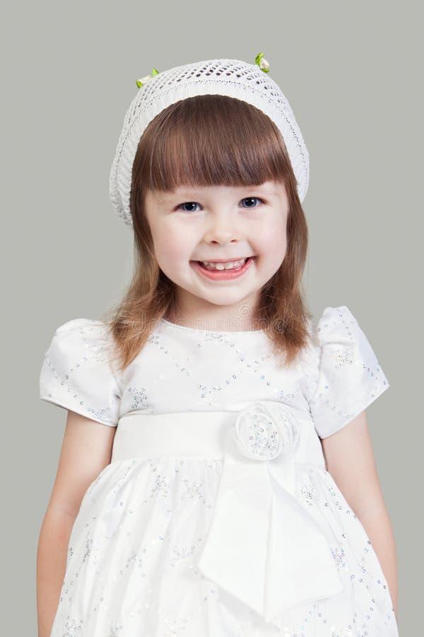 La petite fille dans une robe blanche photo libre de droits