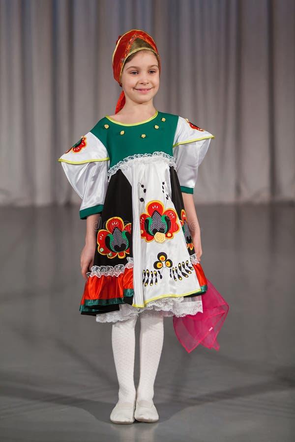 La petite fille de sourire dans le costume folklorique image libre de droits
