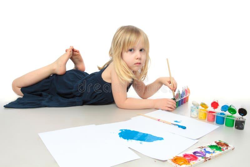 La petite fille dessine une peinture colorée image stock