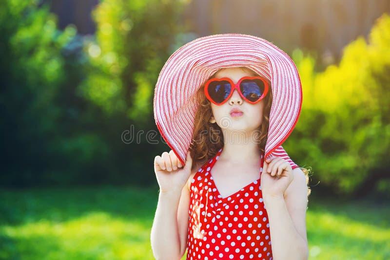 La petite fille drôle envoie un baiser d'air photos stock