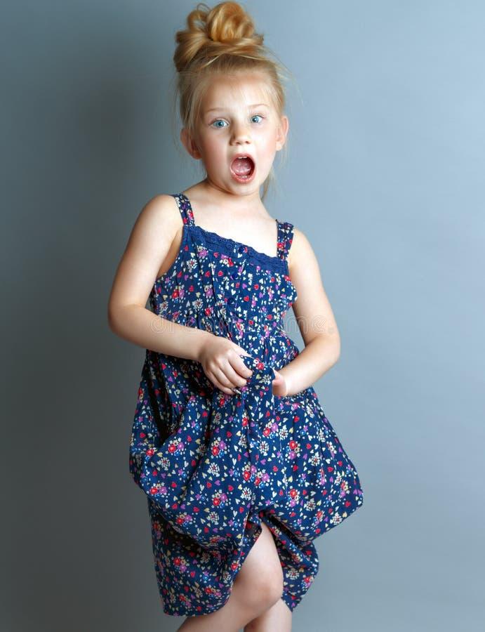 la petite fille est étonnée photos stock