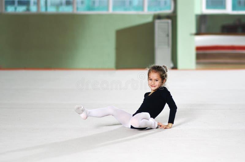 La petite fille est tombée formation en athlétisme rythmique image stock