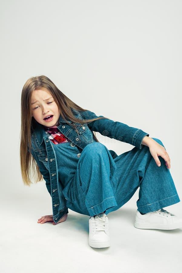La petite fille est tombée L'enfant montre le mal d'émotion Enfant frustrant Brosse ? dents images stock