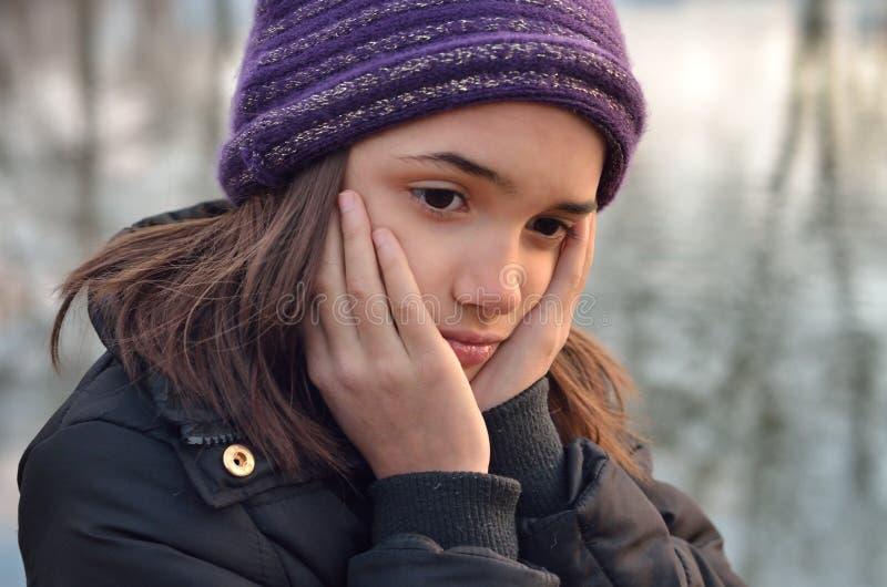 Portrait de fille hispanique semblant triste images libres de droits
