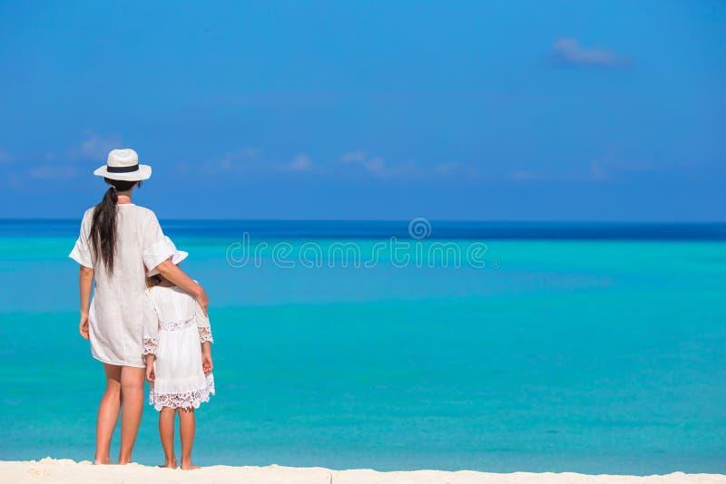 La petite fille et la jeune mère pendant la plage vacation photographie stock