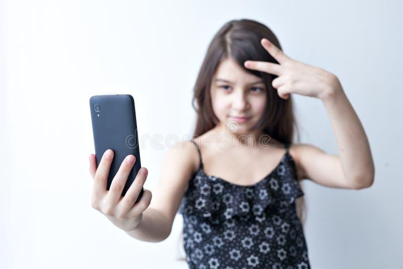 La petite fille fait le selfie images stock