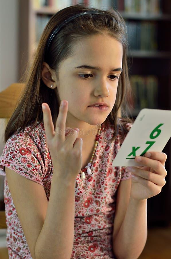 Petite fille hispanique faisant des maths photographie stock