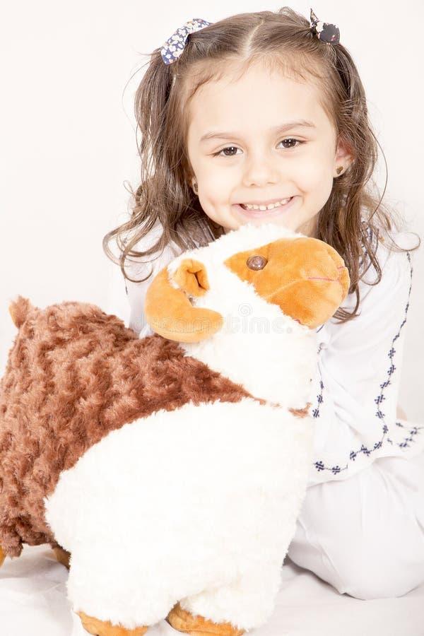 La petite fille heureuse avec ses moutons jouent - célébrant l'UL Adha d'Eid - image stock